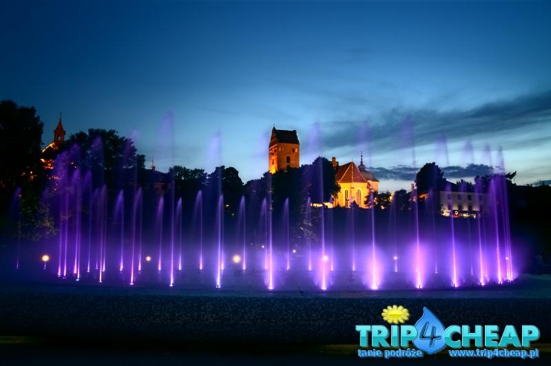 Wieczorny pokaz fontann w Warszawie